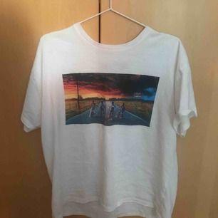 En fin st merch tröja som jag säljer efter sparsamt användande! Säljer denna till det stranger things fans som gärna vill ha en cool tröja ❤️ Från Pull and Bear  Nypris: 250kr Frakt exklusive