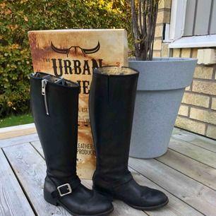 Supersnygga höga svarta boots från urban project, äkta läder, nypris 2300kr, strl.38, perfekta till vinter och höst!  Köpare står för frakt