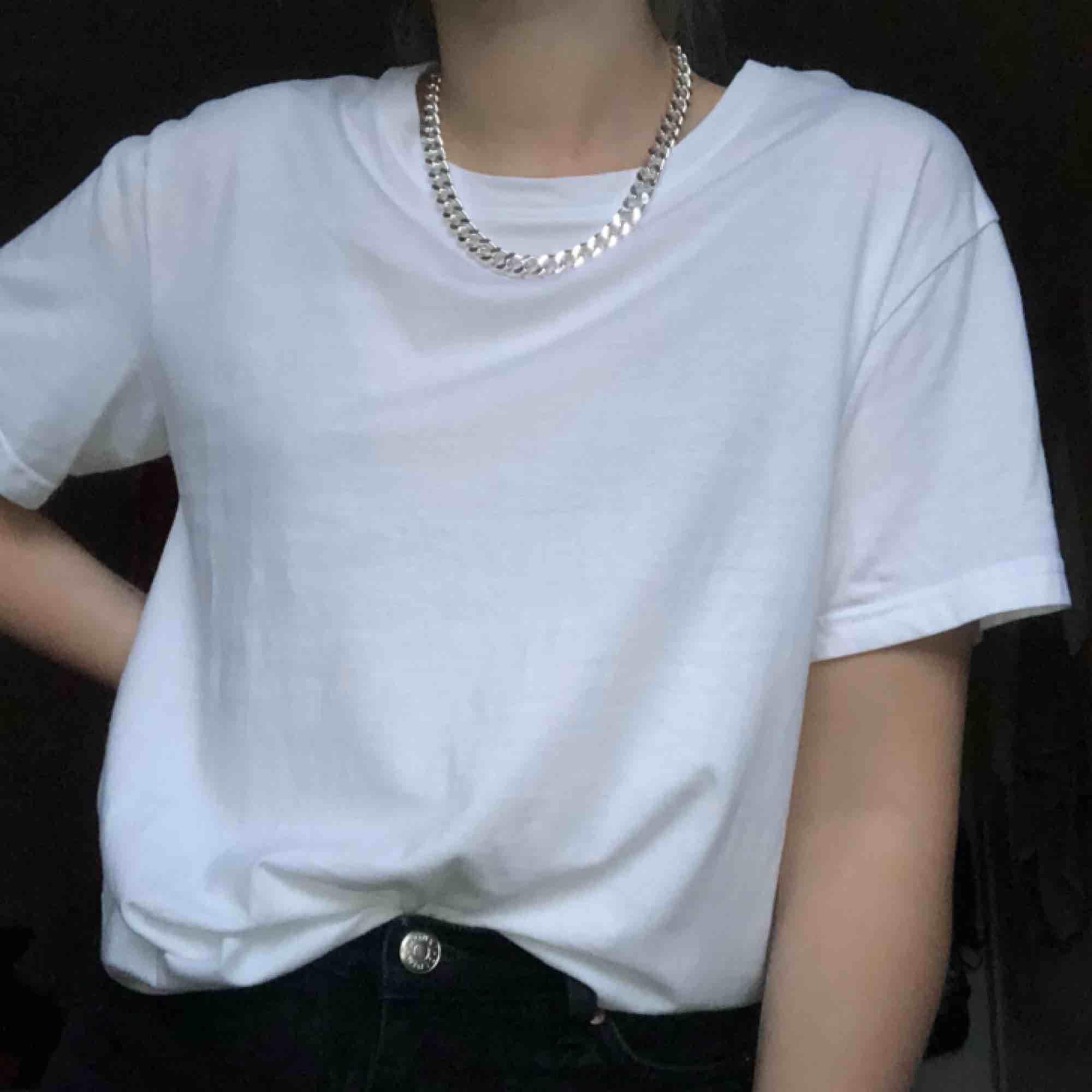 vit t-shirt från weekday! aldrig använd, passar även S!. T-shirts.
