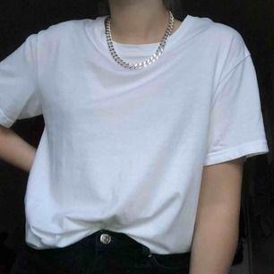 vit t-shirt från weekday! aldrig använd, passar även S!