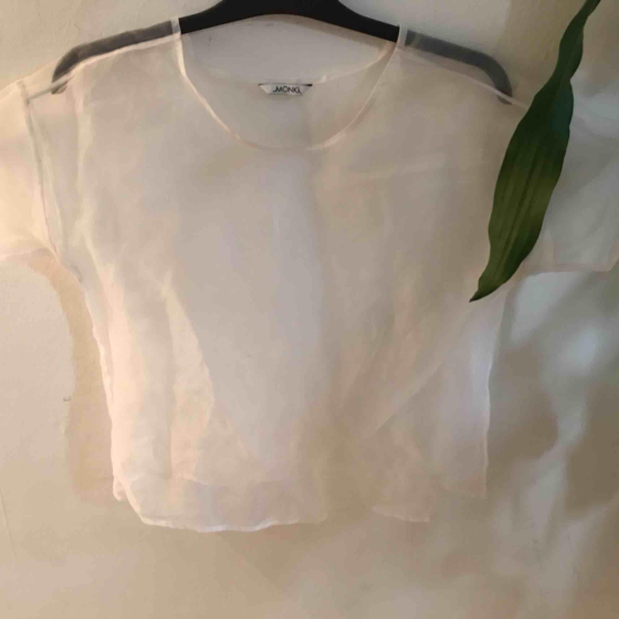Snygg vit meshtröja. . T-shirts.