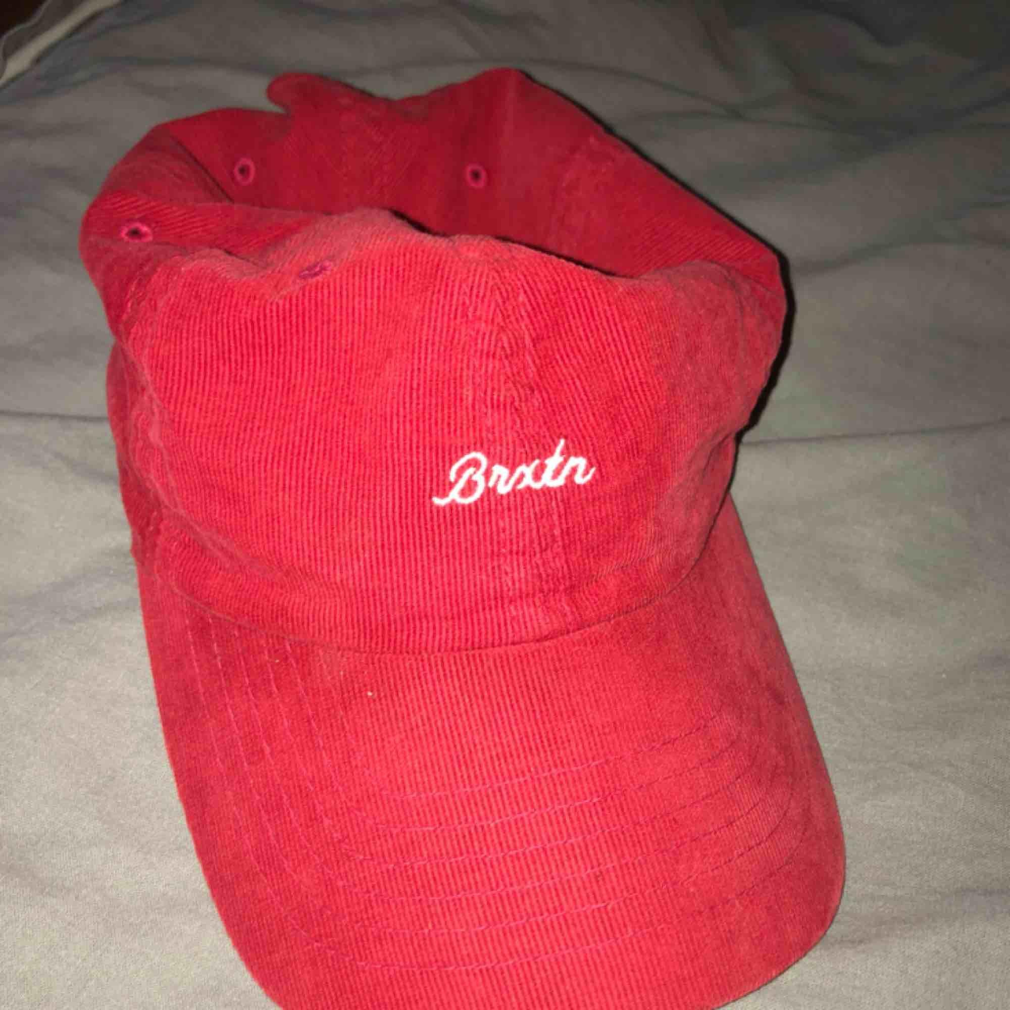 röd manchesterkeps från brixton! köpt för 400kr på carlings förra sommaren :). Accessoarer.