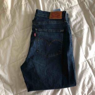 LEVIS jeans aldrig använda. Storlek 28/32. Modell: High Rise Super skinny.  350kr och frakt är inräknad mvh Tova