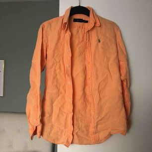 Aprikos linneskjorta från Ralph Lauren passar allt mellan XS- M