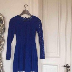 Sjukt fin färg och ännu finare klänning som jag knappt använt, nyskick alltså! Från HM storlek 34 men passar mig som är 36 också! Frakt: 59kr