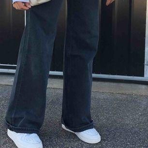 BUDA PÅ!   SKIIIT snygga grå/svarta jeans från Weekday! I modellen ACE!  Älskar dom men säljer dom för jag inte har fått någon användning av dom! Köpte för 500kr! Är helt som nya! Bara använda 1 gång. 400 ink frakt