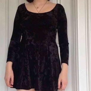 Stretchig klänning i krossad sammet. Märkt som XS men passar även mig som är S. Sparsamt använd!  Frakt: 59kr🎈💌
