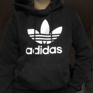 svart hoodie från adidas!