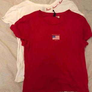 Två t-shirts, en röd och en vit - båda med tryck. Säljer pvg av för små. Köparen står för frakten:)