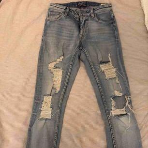 Ett par crocker jeans från JC som går till precis under naveln. Hålen är hemmagjorda av min fina mamma:) köparen står för frakten:)