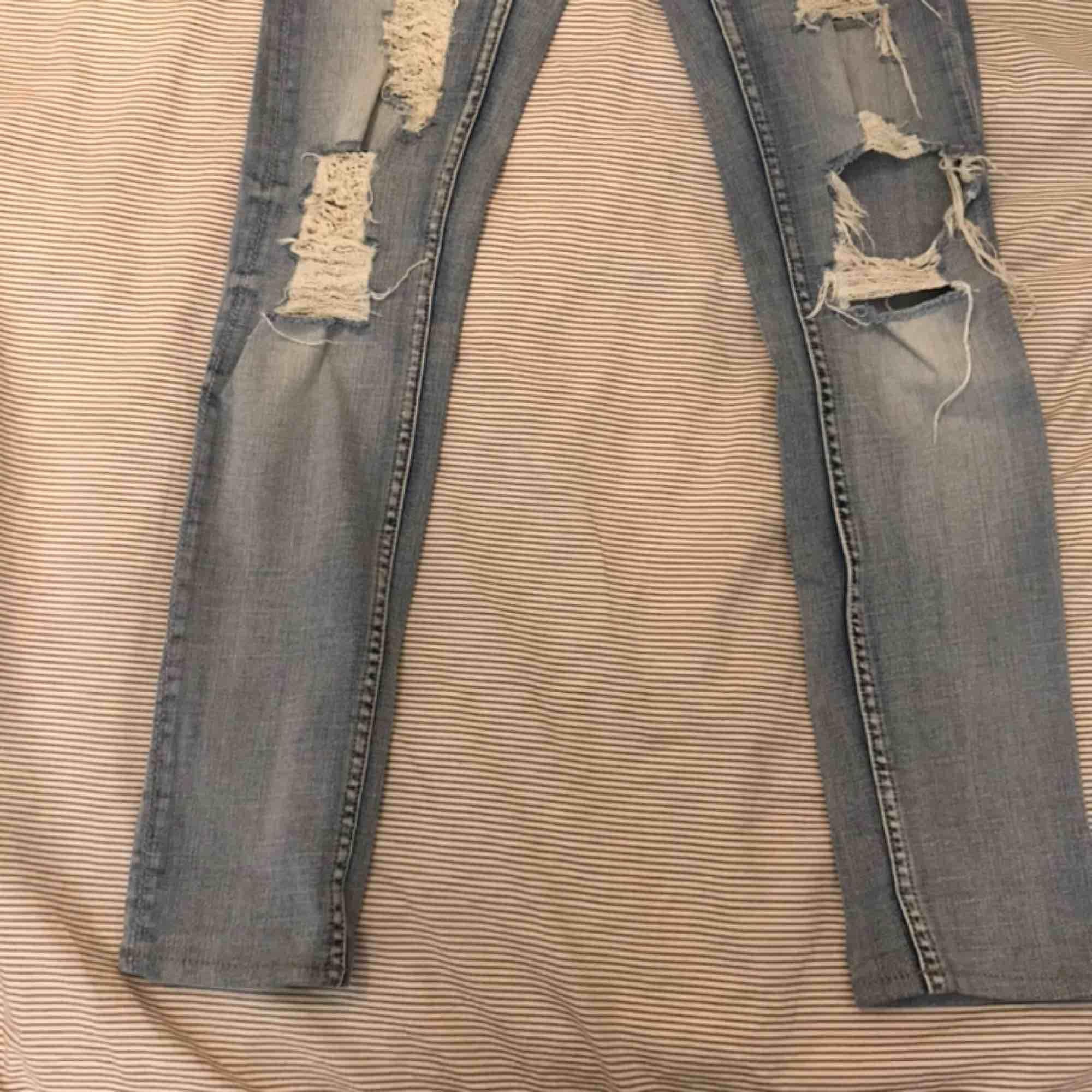 Ett par crocker jeans från JC som går till precis under naveln. Hålen är hemmagjorda av min fina mamma:) köparen står för frakten:). Jeans & Byxor.