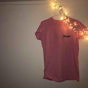 Super snygg rosa T-shirt från madlady! Storlek L men sitter perfekt på mig som har S! 💗  Köparen står för frakten!