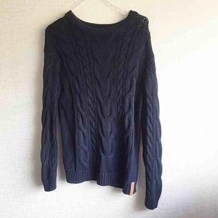 Kabelstickad tröja, väldigt stretchig och skön! Perfekt nu till hösten och vintern när det är lite kyligare 😍 Använt denna 1 gång, säljer då jag har en exakt likadan i grå som jag hellre använder!