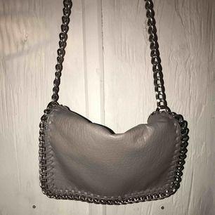Grå väska från Tiamo,originalpris 499kr, 150kr inkl frakt