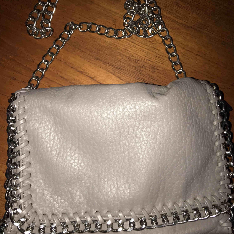 Grå väska från Tiamo,originalpris 499kr, 150kr inkl frakt. Väskor.