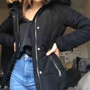 En svart vinterjacka med luva från hm i fint skick. Köparen står för frakten:)