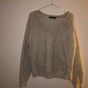 Super mysig tunn stickad tröja från Lager 157! Super fin att ha över en spetsbh🤩  Köparen står för frakten!
