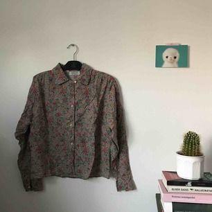 jättefin blommig skjorta från united colors of benetton. köpt på loppis i brooklyn. storlek M. i fint skick. porto ingår!