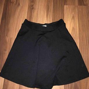 Gullig kort kjol från Cubus! Ta kontakt för fler bilder på den!  💗💗