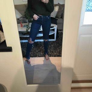 Jeans från Tommy Hilfiger, super bra sick, sitter super bra. Hål på knäna och fransar längst ner