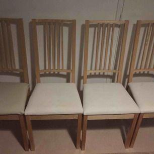 Alla stolar är i gott skick.  200 kr för per stol och 800 kr för alla.  Priset på Ikea är 400kr.  Läderhöljet finns på en av dem och valfritt kan tas bort eller inte. Lite smutsig men fast.  Kan förhandlas med snabbt affär.
