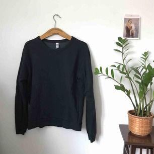 American Apparel sweatshirt i mörkgrå. Storlek S. knappt använd i fint skick. porto ingår!