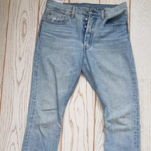 Jättesnygga Ljusblå levis 501 jeans som är köpta här på plick men dom var för stora. Jag bjuder på frakten! 😉