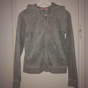 Grå tröja med dragkedja från Juicy Couture. Använd fåtal gånger. Köpt på Raglady i Göteborg