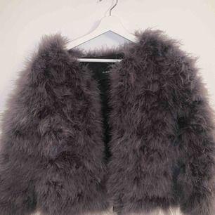 en superfin jacka, INTE äkta päls!😊😊 aldrig använd så den är så gott som ny;) köpt för 999kr. Vid snabb affär går det att få den mycket billigare:)
