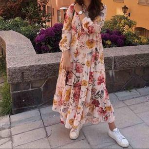 Slutsåld klänning från zara. Använd 2 gånger så väldigt bra skick! Nypris 700kr