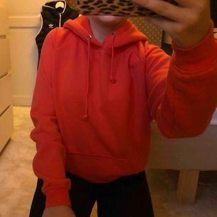 En orange hoodie, lite nopprig men annars fin! Köptes för 299kr🥰säljs för 100 ink frakt!