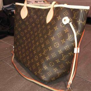 Säljer en fake LV väska med tillhörande miniväska.