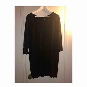 Klänning från H&M med fina knappdetaljer från nacken & längsmed ryggraden en bit. Använd fåtal gånger
