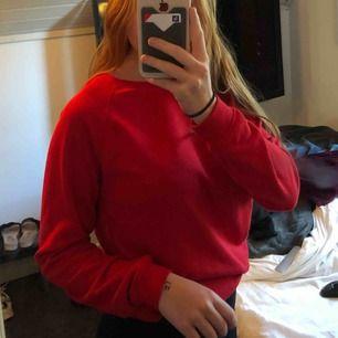 Röd sweatshirt superskön, frakt tillkommer!