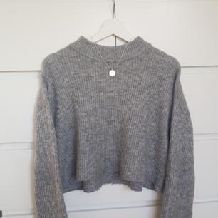 Grå stickad tröja från H&M (lite croppad)👼🏽 80 kr plus frakt!!