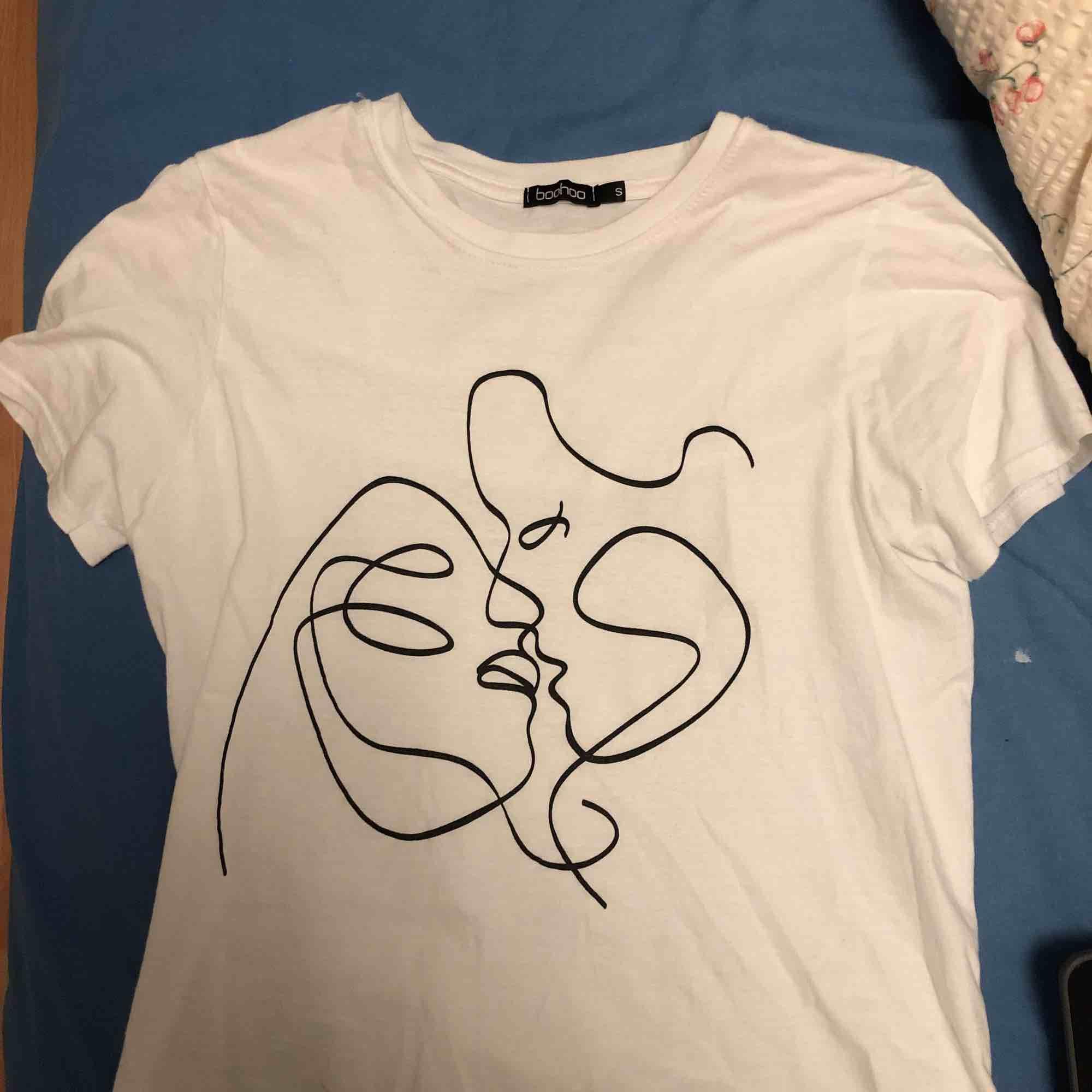 tisha från boohoo. Supersnyggt tryck 🤩 säljer pga att den tyvärr inte kommer till användning. Använd ett fåtal gånger . T-shirts.