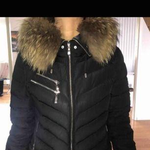 Hollies vinterjacka, använd endast en vinter så jackan är i nyskick. Säljer då jag köpt en annan vinterjacka.