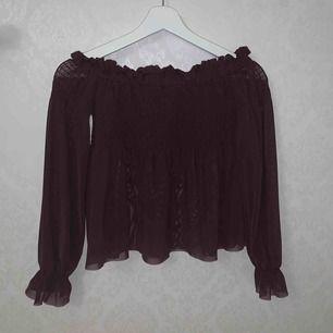 En söt blus som är vinröd den e så fin men tyvärr för liten för mig🌸