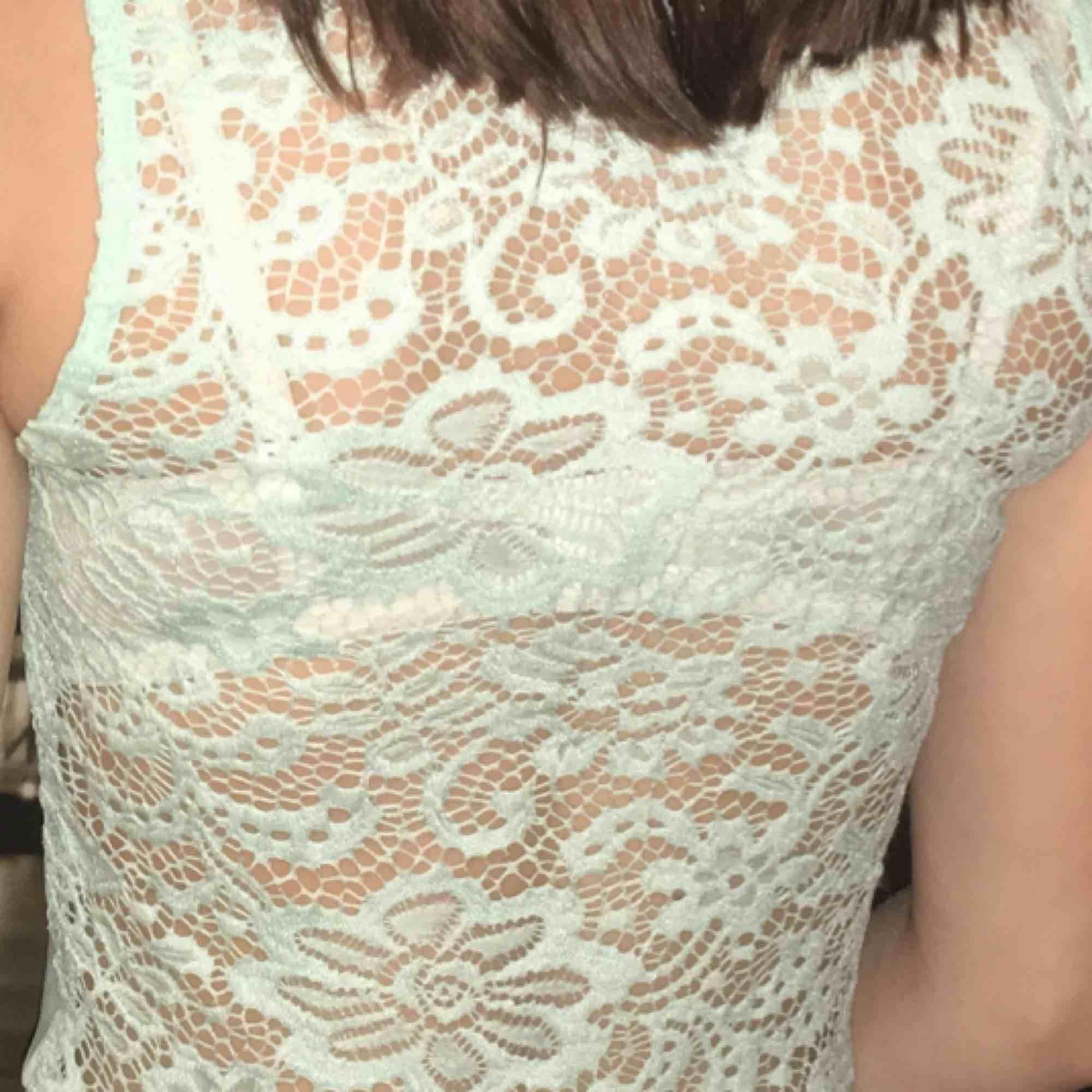 En riktigt gullig tröja. Säljer pågrund av att det inte är min stil längre. Den är väldigt fin på ryggen:). Övrigt.