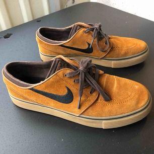Sjukt snygga Janoskis från Nike SB i US storlek 7,5. Väldigt sköna men kommer inte till användning, använda 1 eller 2 gånger så dom är i nyskick. Köparen står för frakt 🌼