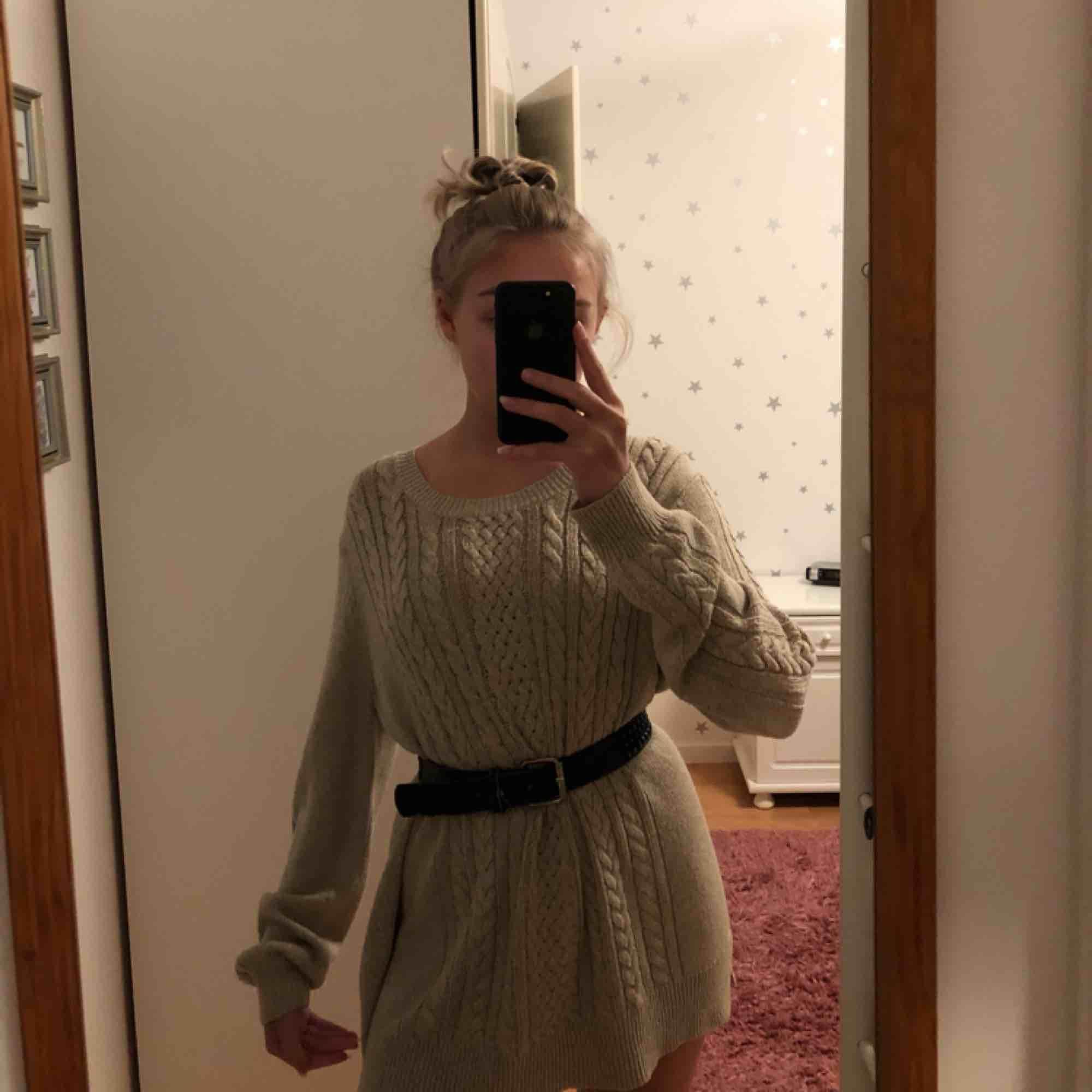 Superskön stickad tröja/klänning? Från Lindex. Jag har stylat den med ett skärp i midjan. Den går lite under rumpan på mig & jag är ca 164cm. Använd kanske 2 gånger, nyskick. Stickat.