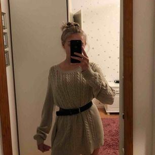 Superskön stickad tröja/klänning? Från Lindex. Jag har stylat den med ett skärp i midjan. Den går lite under rumpan på mig & jag är ca 164cm. Använd kanske 2 gånger, nyskick