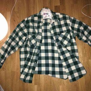 En så fin grön-vit rutig tjock skjorta, köpt vintage. Perfekt att ha över en hoodie nu på hösten då dem funkar som en tunn jacka💓