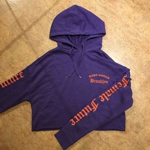 Säljer min hoodie från H&M. Väl använd, men i super fint skick. Köparen står för frakten, kan även mötas upp i Malmö.