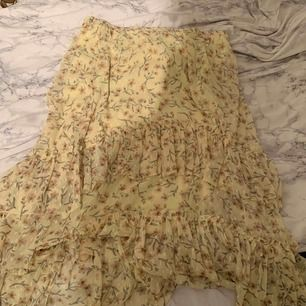 Populär kjol från HM, storlek L men passar mig som har M! Slutsåld och går inte att få tag i!