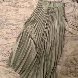 Storlek 36, plisserad ljusgrön kjol från HM som ej säljs längre!