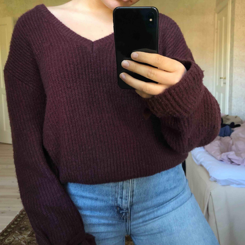 Stickad tröja från NA-KD, Linn ahlborgs kollektion. Använd 2 gånger, så den är kjättefint skick. Tröjan kan man ha åt båda hållen och den har fina knyt detaljer längst ner på armarna.. Stickat.