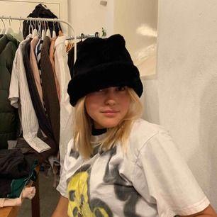 Säljer denna skitcoola 90s vintermössa/hatt pga att den är för stor för mig (inte jag på bilden), mitt huvud är typ 54 cm om jag mätte rätt. 🌚Frakt: 50kr🌚