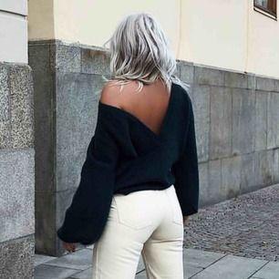 ALDRIG ANVÄND HELT NY! Stickad tröja från NA-KD Linn Ahlborg kollektion, V-ringad tröja som man ska ha i ryggen! Grön/blå förg!