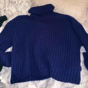 Klarblå stickad polotröja från gina tricot, jättemysig till vintern!